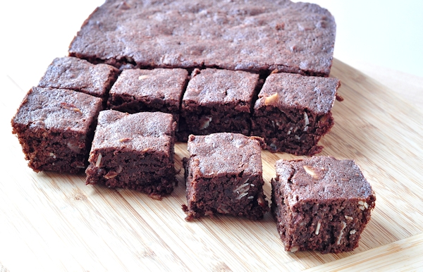 almond brownies cut
